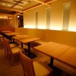 間接光も柔らかい、テーブル席